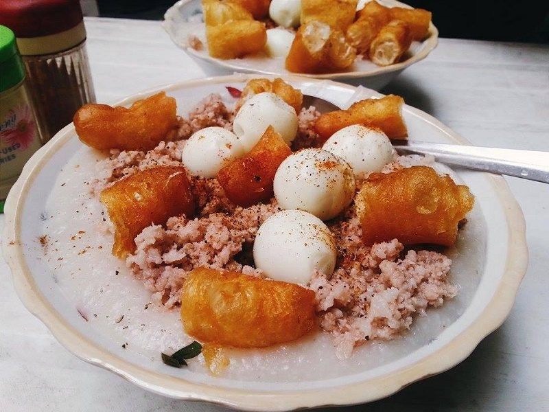 Delicious-dishes-near-the-ancient-church-in-Hanoi4