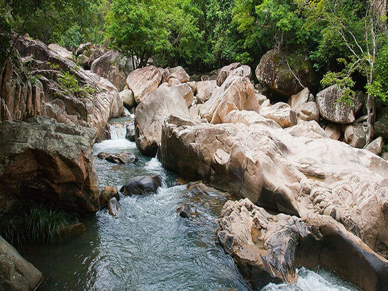 Famous-lakes-of-Vietnam10